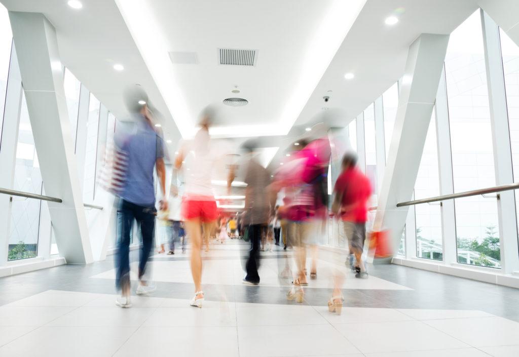 Blurrad bild på människor i rörelse i en korridor