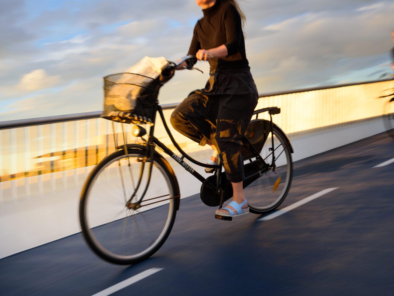 Cykel i solnedgång.